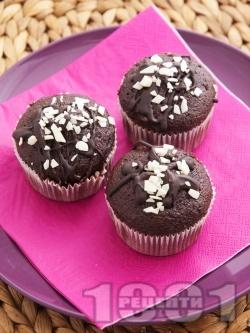 Вкусни шоколадови мъфини с ванилия, какао и парченца шоколад - снимка на рецептата